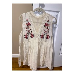 Sleeveless Entro Cream Blouse with Floral Details